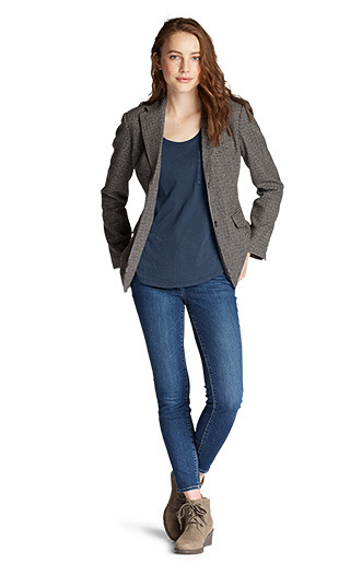 A women wearing a Gypsum T-shirt with the Classic Wool Blazer and skinny jeans